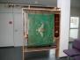 Dezember 2014 ... es steht eine schöne Glasvitrine im Rathaus Oberkotzau – tlw. gesponsert von der Fa. Schaller, Oberkotzau, tlw. von der Gemeinde Oberkotzau – in der Vitrine sind unsere Vereinsfahnen ausgestellt. Die Archivierung dieser edlen Stücke haben wir Klaus Krüger zu verdanken, der sie am Dachboden entdeckt und entstaubt hat und letztendlich die Archivierung erreichen konnte.